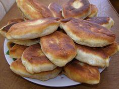 Langosi cu branză, extrem de gustosi si practic ii poti umple cu orice Croissant, Hamburger, Gem, Pancakes, Bread, Breakfast, Recipes, Romanian Recipes, Morning Coffee
