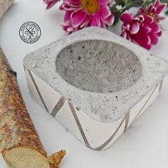 Betondekoráció fehér mintával - 1790 Ft  Betonból készült dekorációs tárgy, melynek mélyedésében apróságok tárolására vagy dekorációs kiegészítők (pl. potpourri, teamécses, ékszer, kulcs) elhelyezésére van lehetőség. A tárgyat a geometrikus minta teszi különlegessé. A tárgy mérete: 6,5×6,5 cm