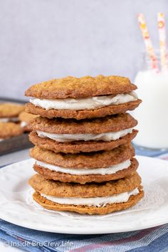 Homemade Oatmeal Cream Pies - soft chewy oatmeal cookies with marshmallow filling is the perfect snack or dessert. Great recipe to make for lunch boxes or bake sales. Best Dessert Recipes, Fun Desserts, Cookie Recipes, Marshmallow Cookies, Marshmallow Creme, Breakfast Biscuits, Breakfast Cookies, Soft Chewy Oatmeal Cookies, Oatmeal Creme Pie
