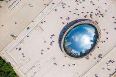 """Cloud Gate (alcunha de """"The Bean"""" – Feijão) é uma escultura do artista Anish Kapoor, situada no centro da AT&T Plaza, no Millennium Park em Chicago. Inspirada pelo mercúrio em estado líquido, a superfície da escultura reflecte e distorce visualmente o panorama urbano da cidade."""