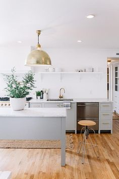 To improve the interior of your home, you may want to consider doing a kitchen remodeling project. This is the room in your home where the family tends to spend the most time together. If you have not upgraded your kitchen since you purchased the home,. New Kitchen, Kitchen Dining, Kitchen Decor, Kitchen Island, Gold Kitchen, Stylish Kitchen, Kitchen Colors, Kitchen Ideas, Kitchen Grey