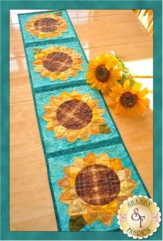 Patchwork Sunflower Table Runner Pattern: Add some cheer to your summer table with these lovely sunflowers! Designed by Jennifer Bosworth of Shabby Fabrics, this design features patchwork - a great way to use up scraps! - and applique. Summer Quilts, Fall Quilts, Shabby Fabrics, Sewing Table, Applique Quilts, Quilt Patterns, Applique Patterns, Tablerunners, Table Runner Pattern
