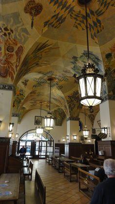 Hofbräuhaus in München. Die kleinste Menge Bier, die ihr bestellen könnt ist 1 Maß (1 Liter). Lohnenswert sich einmal unter die Menge zu mischen