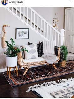 This Boho-Chic Sitting Area Is a Brilliant Solution for Awkward Entryways An abundance of textural layers make for an equally compelling and inviting boho-chic entryway design. Boho Chic Entryway, Entryway Decor, Entryway Ideas, Living Room Ideas Us, Living Room Decor, Living Room Daybed, Boho Chic Living Room, Style At Home, Interior Exterior