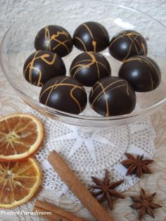 Igazi karácsonyi bonbon: egy réteg fahéjas-narancsos karamellakrém és egy réteg mézeskalácsfűszeres étcsokiganache. A Kifőztük decemberi s... Homemade Chocolate, Chocolate Recipes, Candy Board, Mousse, School Snacks, Cookie Desserts, Diy Food, Cake Cookies, Fudge