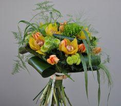 #Buchet rotund #clasic din #orhidee și #crizanteme cu #livrare în #Moldova. #orchid #tulips #chrysanthemum