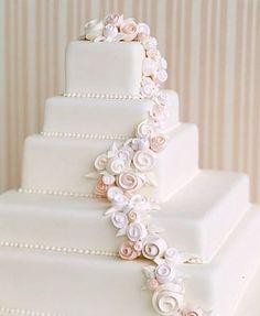 Delicada cascada de rosas de azúcar para el pastel. Cascadas florales para Bodas. Imagen: Pinterest.