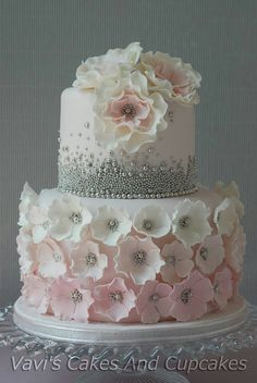 Love the ombre flower centres and the use of dragees ♥