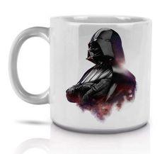 Caneca Darth Vader Star Wars <br> <br>Exclusiva Capitu Shop <br> <br>Tamanho: <br>- Altura: 9cm <br>- Diametro: 8cm <br>- Capacidade para 300ml <br> <br>Importante: <br>- Não lave a caneca em máquina de lavar louças para não prejudicar a estampa. <br>- A caneca pode ser levada ao microondas sem problemas. <br> <br> <br>*3 dias para produção