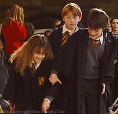 """Images That Will Change The Way You Look At """"Harry Potter"""" Harry trying to strangle Hermione while she giggles and Ron looks on: Harry Potter World, Mundo Harry Potter, Harry Potter Cast, Harry Potter Love, Harry Potter Universal, Harry Potter Fandom, Harry Potter Memes, Hogwarts, Harry And Hermione"""