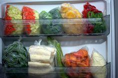 Olha quanta coisa dá pra manter congelada apenas nas prateleiras da porta no freezer do meu refrigerador duplex: em cima tem cenoura e abo...