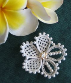 Previous pinner wrote:  My needle lace stickpin design, using wire, pearls and a focal point.