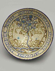 Экспонат выставки «Классическое искусство исламского мира IX–XIX веков. Девяносто девять имён Всевышнего»: фаянсовая чаша
