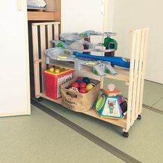 女性で、3LDKのDIY/おもちゃ収納/押入れ収納/すのこDIY/棚についてのインテリア実例を紹介。「すのこで 押入れ収納DIY♡ 使わないのに 部屋にあって、ゴチャゴチャが気になる、、だったので頻繁に使わないおもちゃを 押入れに。。 キャスターを付けて 使うときは簡単に出し入れオーケー(^^) 」(この写真は 2016-09-06 13:08:38 に共有されました)