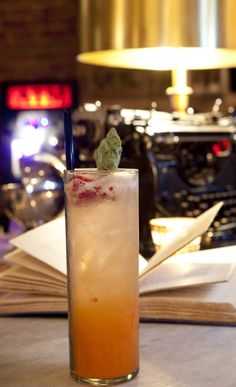 A luxurious Hollywood bar, Hemingway's Lounge is a book-lined drinking den that is ideal for an early evening daiquiri and novel. Mixed Drinks, Fun Drinks, Yummy Drinks, Alcoholic Drinks, Beverages, Yummy Food, Fresco, Strawberry Cobbler, Fiji Water