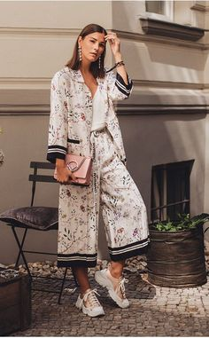 17 Pyjama's Street Style-foto's Foto Fashion, Fashion Mode, Womens Fashion, Fashion Tips, Fashion Design, Fashion Trends, 80s Fashion, Korean Fashion, Vintage Fashion