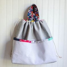 Man, I am really loving our Pinterest Un-Tutorials series! This is the  second time that you (awesome readers) have picked something amazing for me  to sew. I LOVE my new Japanese Knock-Off Tote Bag!  (Remember last month I stitched up - and wrote a tutorial for - the  Bedside Pockets Organizer.)