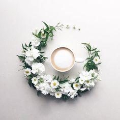 2017.2.6 Happy  New week! Enjoying coffeebreak ☕️ . . . . . 今日は大好きな白系♡ ストック、マトリカリア、 ジャスミンとともに...... . 今週もよろしくお願いします♪ . . . . . #花のある暮らし#リース#コーヒー