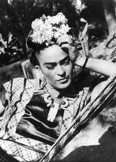 Frida Kahlo: Frida was a sexually liberated woman who engaged in love affairs with women, even during her marriage to artist Diego Rivera. Diego Rivera, Frida E Diego, Frida Art, Edward Weston, Frida Kahlo Pictures, Famous Artists, Great Artists, Natalie Clifford Barney, Tina Modotti