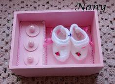 Na parte interna espaço para acomodar o primeiro sapatinho do bebê. Sob as tampinhas a pulseirinha da maternidade, primeiro dentinho, mechinha de cabelo.
