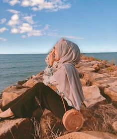 Uploaded by ‍princess Rose. Find images and videos on We Heart It - the app to get lost in what you love. Hijab Fashion Summer, Modern Hijab Fashion, Hijabi Girl, Girl Hijab, Hijab Hipster, Ootd Poses, Stylish Hijab, Profile Pictures Instagram, Beach Ootd