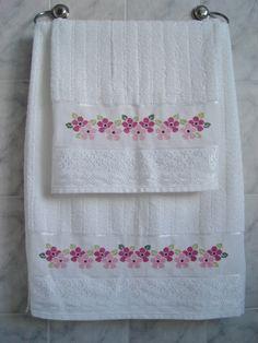 Conjunto de toalhas 96% algodão e 4% viscose, na cor branca, com barra bordada em ponto cruz com avesso perfeito.  Toalha de Banho 67 x 140 cm  Toalha de Rosto 49 x 80 cm