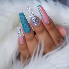 On average, the finger nails grow from 3 to millimeters per month. If it is difficult to change their growth rate, however, it is possible to cheat on their appearance and length through false nails. Summer Acrylic Nails, Cute Acrylic Nails, Acrylic Nail Designs, Fake Nail Designs, Art Designs, Silver Nail Designs, Beautiful Nail Designs, Glam Nails, Bling Nails