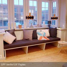 Die gemütliche Sitzbank lädt zum Entspannen ein. Passgenau in den Erker eingefügt und   aus Multiplex natur gefertigt wirkt sie leicht und modern und fügt  …