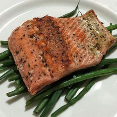 www.sizzlefish.com  Lunch couldn't get any more simple or delicious than this! @gisellefalla topped some fresh green beans with baked @sizzlefishfit Sockeye Salmon for a meal ready in minutes! :ok_hand: