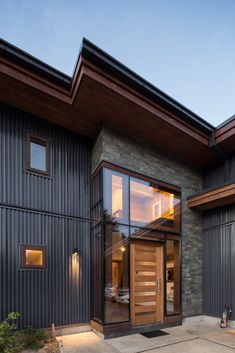 Image 8 of 16 from gallery of SeDu House / Pe+Br+Re arquitectos. Photograph by Nico Saieh Pole Barn House Plans, Pole Barn Homes, New House Plans, Metal Building Homes, Building A New Home, Building Design, Exterior House Colors, Exterior Paint, Steel Siding