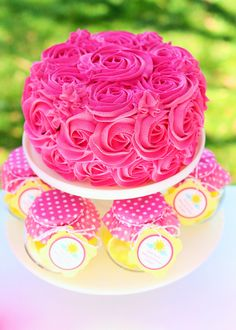 Rose cake and favors at a Pink Lemonade Birthday Party Garden Party Cakes, Garden Party Wedding, Sunshine Birthday Parties, 2nd Birthday Parties, Birthday Ideas, Pink Lemonade Party, Lemonade Wedding, Lemon Party, Rose Fuchsia
