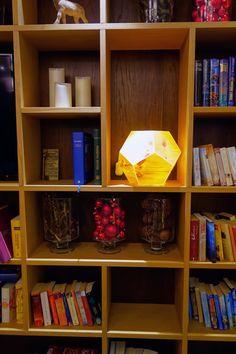 Im bunten Bücherregal der Ritzenhof-Lounge zieht eine besonders originelle und wunderschön verarbeitete Lampe aus Zirbenholz alle Blicke auf sich. Hier gibt's mehr zur Architektur im Ritzenhof****S - Hotel und Spa am See Design Hotel, Hotels, Spa, Modern, Bookcase, Lounge, Shelves, Home Decor, Shelf
