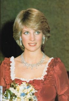 This necklace was made by Harry Winston and was given to QEII when she made a State visit to Saudi Arabia in February 1979. The Queen loaned it to Princess Diana on at least three occasions during 1982 and 1983. Diana wears it with the diamond and pearl drop earrings, a wedding present from the Emir of Qatar.