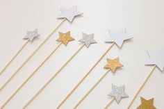 DIY Star Cake Topper perfect for your La La Land Party or even a Twinkle Twinkle Little Star birthday party or baby shower. Star Cupcakes, Cupcake Picks, Purple Color Schemes, Sparkle Party, Edible Glitter, Confetti Balloons, Twinkle Twinkle Little Star, Kids Events, Baby Shower Invitations