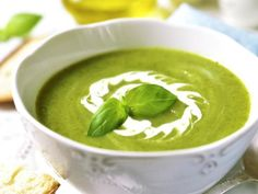 Zucchini soup with basil with thermomix, a delicious zucchini soup for your dinner tonight. Here's the recipe for making this thermomix soup Healthy Detox, Healthy Soup, Soup Recipes, Vegetarian Recipes, Healthy Recipes, Creamy Zucchini Soup, Bean Soup, Vegan, Superfood
