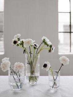 Velg deg ut tre eller fire blomstersorter, og hold deg til en eller to ulike farger. Sett blomstene i de nydelige vasene Colour, fra Hay, som kommer i størrelsene M, L og XL. Blomster fra Mina Milanda. Foto: Birgit Fauske Flower Decorations, Flower Power, Glass Vase, Bloom, Interior, Flowers, Vases, Home Decor, Lily