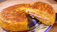 Tasty Spanish potato omelette SANDWICH style - easy food recipes for dinner to make at home - Tasty food recipes for begginers. cooking videos for dinner. how to make simple snacks for begginers. With a ham and cheese fillin Spanish Potato Omelet, Spanish Potatoes, Potato Sandwich, Sandwich Recipes, Grill Sandwich, Potato Pie, Dinners To Make, Easy Meals, Easy Spanish Recipes