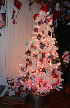 My Coca Cola Christmas tree. Coca Cola Christmas, Christmas Humor, Vintage Christmas, Coca Cola Party, Coca Cola Decor, Christmas Tree Decorations, Christmas Trees, Holiday Decor, Pepsi