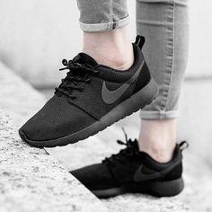 Ein schwarzer Nike 'Roshe Run' geht immer! Hier entdecken und shoppen: http://sturbock.me/ykf