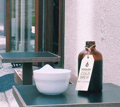 エチオピアのビフトゥ・グディナを使用し、きび砂糖で甘さのバランスを整えています。アイスアールグレイティーのような透明感に、ベリーやトロピカルフルーツのような甘さを感じる華やかで爽やかなアイスコーヒーです。<取扱|Fuglen Tokyo> Cold Brew, Brewing, Vase, Lifestyle, Home Decor, Objects, Decoration Home, Room Decor, Jars