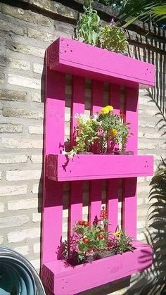 Pallet Recycled Planters And this could be called a whole package. This is not mere a planter, but this is a wooden pallet recycled planter cum vertical garden. Wooden Pallet Projects, Wooden Pallet Furniture, Pallet Crafts, Wooden Pallets, Furniture Ideas, Shelf Furniture, Furniture Design, Furniture Stores, Lawn Furniture