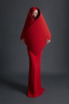 sculptural fashion Gareth Pugh Spring 2018 Ready-to-Wear Collection - Vogue Weird Fashion, Fashion Art, Editorial Fashion, New Fashion, Runway Fashion, Trendy Fashion, London Fashion, Latex Fashion, Minimal Fashion
