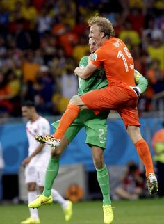 FIFA World Cup 2014 - Holanda 0 (4) Costa Rica 0 (3) (7.5.2014) - El Nuevo Herald Netherlands' goalkeeper Tim Krul, left, celebrates with teammate Dirk Kuyt (15) after saving his second penalty kick during the World Cup quarterfinal soccer match between the Netherlands and Costa Rica at the Arena Fonte Nova in Salvador, Brazil, Saturday, July 5, 2014. The Netherlands won 4-3 on penalty kicks. Hassan Ammar / AP