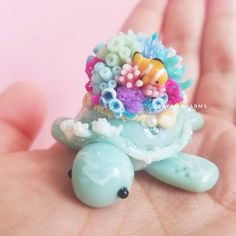 Another under the sea-turtle 🌊🐚🤗💕 Thank you for all the support and nice comments on these little guys. I started making beach/ocean themed… Fimo Kawaii, Polymer Clay Kawaii, Polymer Clay Charms, Polymer Clay Projects, Polymer Clay Creations, Diy Clay, Polymer Clay Art, Clay Crafts, Polymer Clay Miniatures