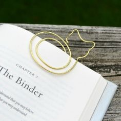 Create this adorable cat bookmark out of a piece of wire and a hammer!