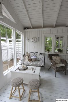 Enclosed Front Porches, Sunroom Decorating, Provence Style, Outside Patio, She Sheds, Scandinavian Style, Vintage Furniture, Home And Living, Beach House