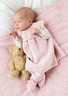 Kjole gratis hefte Kjole gratis hefteThis super easy hat knitting pattern is perfect for beginners! It's knit flat an. Knitted Baby Outfits, Crochet Baby Clothes, Knitting For Kids, Baby Knitting Patterns, Knit Hat Pattern Easy, Drops Baby, Baby Barn, Baby Layette, Baby Pullover