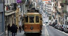 Tramway dans les rues de Porto, au Portugal