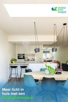 Creëer meer daglicht in huis met een Vlakkelichtkoepel. Ontdek het op vlakkelichtkoepel.nl Interior Architecture, Interior Design, Bungalow, Kitchen, Table, Furniture, Home Decor, Architecture Interior Design, Nest Design