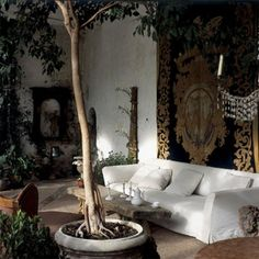"""<p style=""""text-align: left;"""">Sous les frondaisons du XVIII<sup>e</sup> siècle, l'Orangerie est la pièce favorite du maître des lieux. Le plâtre décrépi des murs..."""
